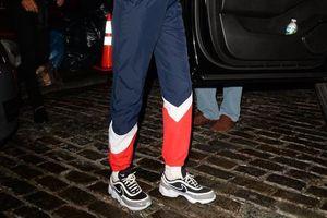 Bella Hadid lăng xê nhiệt tình kiểu giày thô kệch 'của bố'