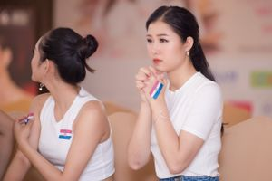 Thí sinh Hoa hậu Việt Nam nhiệt tình cổ vũ tuyển Pháp
