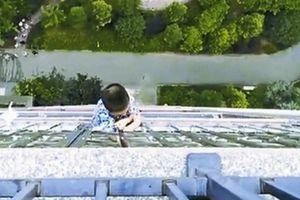Rơi từ tầng 20, cậu bé 5 tuổi thoát chết nhờ bám chặt song sắt tầng 19