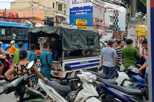 Cảnh sát nổ súng bắt nhóm người có hung khí trước khách sạn ở Sài Gòn