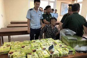 Bắt giữ 3 đối tượng vận chuyển 52 bánh heroin, 25 kg ma túy đá từ Lào vào Việt Nam