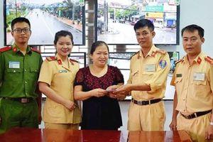 Hà Tĩnh: Tổ công tác CSGT Nghi Xuân tìm và trả lại tiền cho người đánh mất