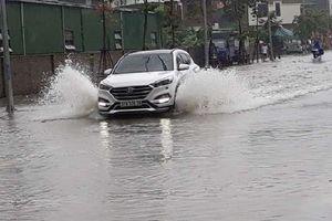 Nghệ An: Mưa lớn, nhiều tuyến đường TP Vinh ngập sâu trong nước