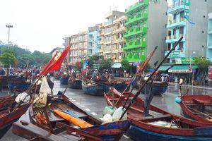 Nhiều tỉnh cấm biển, ngư dân kéo thuyền lên phố tránh bão số 3