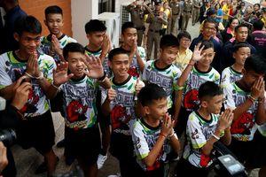 Đội bóng Heo Rừng vui vẻ xuất hiện trước báo giới