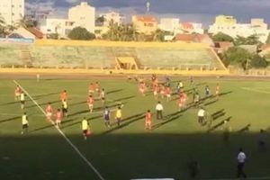 Cầu thủ Bà Rịa-Vũng Tàu đuổi đánh tổ trọng tài do bị 'xử ép'