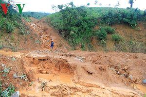 Kon Tum: Mưa ròng rã 1 tháng gây lở đất chia cắt các tuyến tỉnh lộ