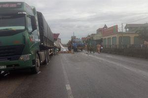 Nghệ An: Hai xe tải va chạm mạnh khiến 2 người thương vong