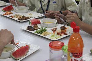 Cận cảnh bữa ăn trưa của công nhân tại căng-tin Samsung Việt Nam