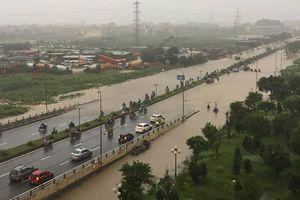 Mưa lớn suốt đêm, nhiều tuyến phố Hà Nội ngập sâu trong biển nước