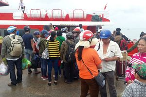 Tàu được chạy lại, khách ùn ùn xuống tàu rời đảo Phú Quốc