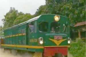 Xem tàu hỏa 'ung dung' chạy trên dòng nước lũ ở Yên Bái