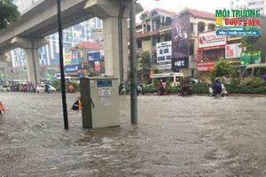 Chùm ảnh: Phố Hà Nội biến thành sông sau cơn mưa lớn kéo dài