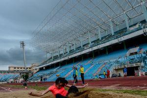 Vận động viên Đà Nẵng tập nhờ ở sân vận động Chi Lăng đã xuống cấp