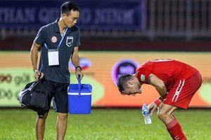 'Cứu tinh' của ông Miura suýt bị cơn nôn khan đánh gục trên sân