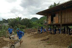 Thanh niên, bộ đội dựng nhà, san đường cho dân sau lũ tại Yên Bái