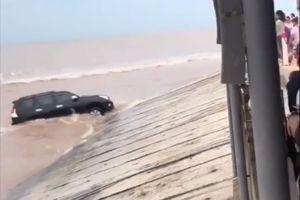 Toyota Land Cruiser Prado giỡn sóng biển, suýt bị cuốn trôi