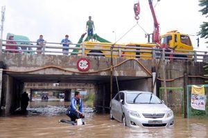 Vì sao đường gom đại lộ Thăng Long cứ mưa là chìm trong biển nước?