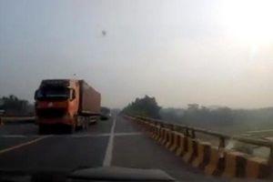 Clip: Xe tải, ô tô nối đuôi nhau lấn làn vượt ẩu
