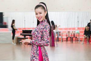 Janny Thủy Trần diện áo dài duyên dáng thị phạm cho thí sinh Hoa hậu Đại Sứ Hoàn Vũ Người Việt 2018