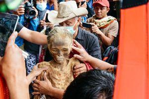 Tục thay quần áo mới cho người chết rùng rợn ở Indonesia