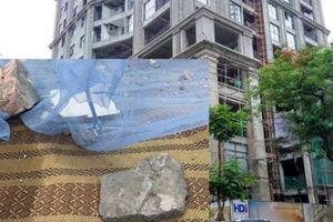 Hà Nội: Dự án siêu cao cấp để gạch vữa rơi trúng giường nhà người dân