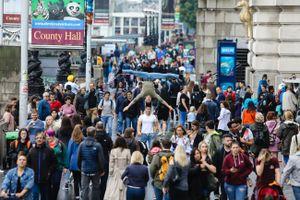 Quốc Cơ - Quốc Nghiệp gây náo loạn đường phố nước Anh