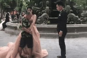 Dạy mãi chú rể không biết cách hôn, thợ ảnh 'nóng mắt' xông vào hôn cô dâu để làm mẫu