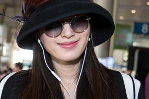 Hoa hậu chuyển giới Thái Lan đội mũ che nửa mặt khi tới Sài Gòn