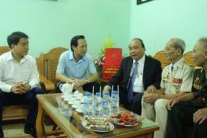 Thủ tướng Nguyễn Xuân Phúc thăm, tặng quà các gia đình chính sách tại thị xã Sơn Tây