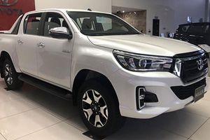 Toyota Hilux 2018 bản cao cấp giá 878 triệu về VN
