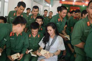 Dàn Hoa hậu, á hậu xúc động tặng sách các chiến sĩ Tây Ninh