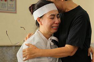 Vợ và con trai NSƯT Thanh Hoàng khóc nghẹn trong lễ tang
