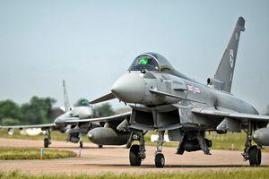 Chưa đủ 'thân mật' Su-24 Nga lại vờn tiêm kích Anh trên Biển Đen