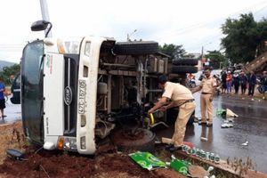 Tai nạn liên hoàn, xe tải lật nghiêng, tài xế thoát chết