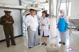 Hình ảnh ông Kim Jong Un tươi cười thăm nhà máy quân đội