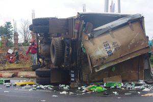 Xe tải chở bia lật nhào, tài xế bị thương nặng