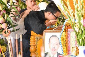 Con trai NSƯT Thanh Hoàng òa khóc khi về nước chịu tang cha