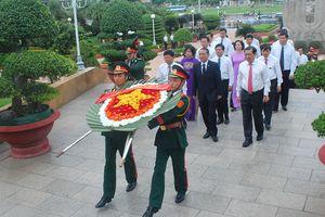Lãnh đạo Đảng, Nhà nước đặt vòng hoa tưởng niệm các Anh hùng Liệt sỹ và vào Lăng viếng Chủ tịch Hồ Chí Minh
