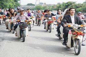 Thích thú với đám cưới thập niên 80 diễu hành quanh đường phố Hà Nội