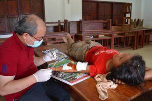Bác sĩ Việt trắng đêm ở Attapeu, mổ tay thấy thóc nảy mầm