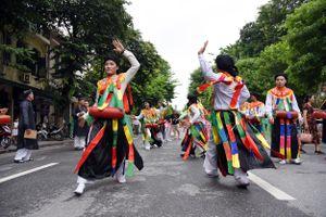 Trai làng Triều Khúc múa 'Con đĩ đánh bồng' trên phố đi bộ Hồ Gươm