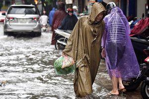 Nhiều tuyến đường Hà Nội ngập nước sau trận mưa lớn