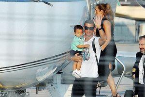 Ronaldo bế con trai đến Juventus tập trung