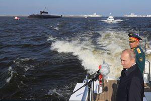 Xem Nga bắn pháo, khoe dàn tàu chiến 'khủng' nhân ngày Hải quân