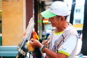 Chiếc xe cứu thương 'mini' tự chế và chuyện ông lão nhặt rác thích làm chuyện bao đồng ở Sài Gòn