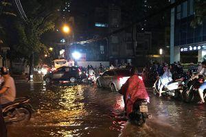 Hà Nội: Đường phố 'chết cứng' trong cơn mưa lớn giờ tan tầm
