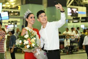 Nửa đêm nam vương Ngọc Tình ra sân bay đón Hoa hậu Quốc tế đến Hà Nội bằng xế bạc tỉ