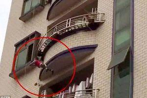 'Đứng tim' giải cứu bé trai 1 tuổi rơi từ lan can tầng 5