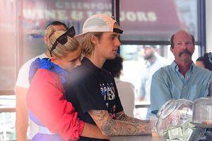 Justin Bieber tình tứ ôm hôn thê ở New York